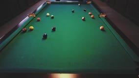 Amerikansk Billiard Man som spelar billiard, snooker Spelare som förbereder sig att skjuta och att slå stickreplikbollen stock video