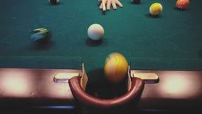 Amerikansk Billiard Man som spelar billiard, snooker Spelare som förbereder sig att skjuta och att slå stickreplikbollen lager videofilmer
