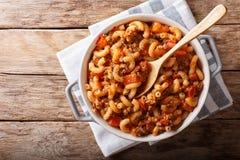 Amerikansk chop suey, amerikansk gulasch, med armbågepasta, nötkött och royaltyfri foto