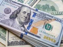 Amerikansk dollarsedel för Closeup sedeldollar hundra en arkivfoton