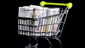 Amerikansk dollarsedel på shoppingvagnen lager videofilmer