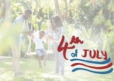 Amerikansk familj på en gunga för 4th juli Arkivbilder