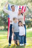 Amerikansk familj utomhus Royaltyfri Bild
