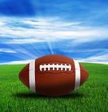 Amerikansk fotboll, grönt fält och blå himmel arkivbild