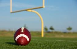 Amerikansk fotboll med målstolpar Royaltyfri Fotografi