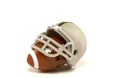 Amerikansk fotboll och hjälm Arkivbilder