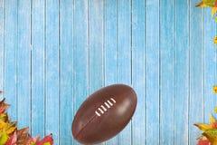 Amerikansk fotboll på träbräden Arkivfoto