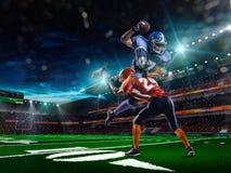 Amerikansk fotbollsspelare i handling Royaltyfria Foton