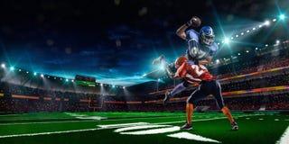Amerikansk fotbollsspelare i handling Royaltyfria Bilder