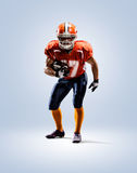Amerikansk fotbollsspelare i isolerad handlingvit fotografering för bildbyråer