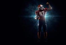 Amerikansk fotbollsspelare i strålkastare Arkivfoton
