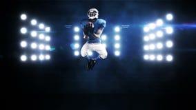 Amerikansk fotbollsspelare mot blinkande ljus stock video