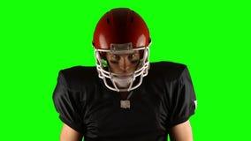 Amerikansk fotbollsspelare på den gröna skärmen stock video