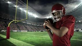 Amerikansk fotbollsspelare som är klar för lansering av bollen lager videofilmer
