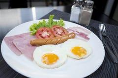 Amerikansk frukost med den äggskinkabacon och korven Fotografering för Bildbyråer