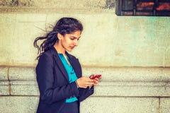 Amerikansk högskolestudent för östlig indier som smsar utanför i New York arkivfoton