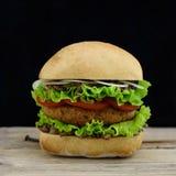 Amerikansk hamburgare på träskrivbordet Fotografering för Bildbyråer