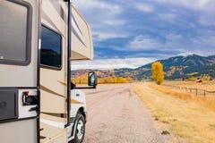 Amerikansk huvudväg i Autumnï ¼ ŒRV fotografering för bildbyråer