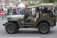 Amerikansk jeep av det andra världskriget som ståtar för den nationella dagen av 14 Juli, Frankrike Arkivbilder