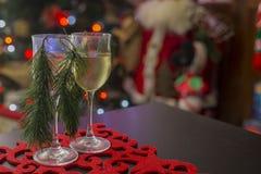 Amerikansk julplacemat med två exponeringsglas av wine-2 Arkivbilder