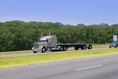 amerikansk körande väglastbil arkivfoto