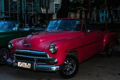 Amerikansk klassisk bil p? gatorna av den gamla havannacigarren, Kuba royaltyfria foton