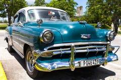 Amerikansk klassisk bil som parkeras i Trinidad Royaltyfria Bilder