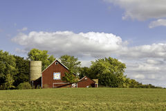 Amerikansk lantgård med den åldriga siloen Arkivbild