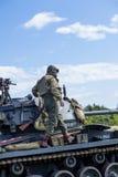 Amerikansk ljus Chaffee Tank och besättning royaltyfri bild