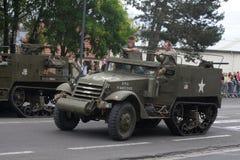 Amerikansk militärfordon av det andra världskriget som ståtar för den nationella dagen av 14 Juli, Frankrike Fotografering för Bildbyråer