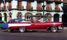 Amerikansk Oldtimer för Kuba i Havana City på vägen Royaltyfri Fotografi