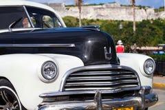 Amerikansk Oldtimer för Kuba i havannacigarr Arkivfoto