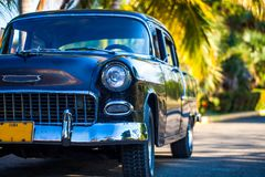 Amerikansk Oldtimer i Kuba i frntsikten Royaltyfri Fotografi