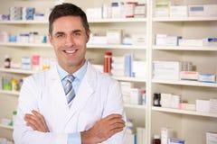 Amerikansk pharmacist för stående på arbete Arkivfoto