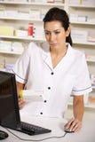 Amerikansk pharmacist som använder datoren i apotek Royaltyfri Fotografi
