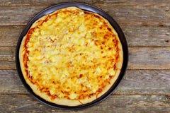 Amerikansk pizza med peperoni-, mozzarella- och tomatsås Pizza på en trätabell, Royaltyfria Bilder
