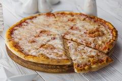 Amerikansk pizza med peperoni-, mozzarella- och tomatsås arkivbild