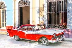Amerikansk röd retro bil i gatan fotografering för bildbyråer