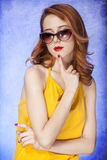 Amerikansk redheadflicka i solglasögon Royaltyfri Fotografi