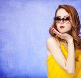 Amerikansk redheadflicka i solglasögon Royaltyfria Bilder