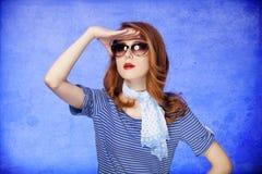 Amerikansk redheadflicka i solglasögon. Arkivfoto