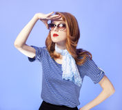 Amerikansk redheadflicka i solglasögon. Royaltyfri Bild