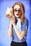 Amerikansk redheadflicka i solglasögon. Fotografering för Bildbyråer