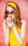 Amerikansk redheadflicka i solglasögon med caken. Fotografering för Bildbyråer