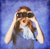 Amerikansk redheadflicka i suglasses med binokulärt Arkivfoton