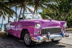 Amerikansk rosa Oldtimer för HDR Kuba som parkeras nära stranden Arkivbild