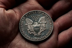 Amerikansk silverdollar med örnen i hand arkivbild