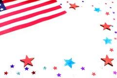 Amerikansk självständighetsdagen, beröm, röda och blåa pappers- stjärnakonfettier för patriotism och för feriebegrepp - och flagg arkivbilder