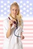 Amerikansk sjuksköterska med injektionssprutan arkivbild