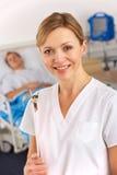 Amerikansk sjuksköterska som fungerar på sjukhussal fotografering för bildbyråer